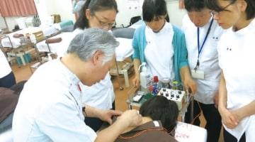 低周波鍼通電療法を学ぶ
